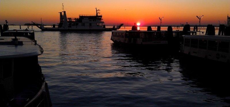 COUCHER DE SOLEIL ENTRE FERRY ET VAPORETTI dans 04 Venise : vie quotidienne IMAG0208-21