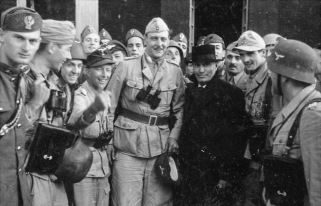 12-Bundesarchiv_Bild_101I-567-1503C-15,_Gran_Sasso,_Mussolini_vor_Hotel